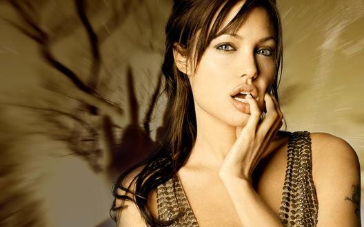 Обои Анджелина Джоли / Angelina Jolie задумалась, закусив пухлыми губками пальчик