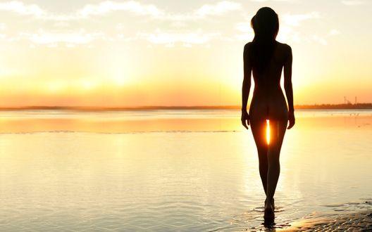 Обои Красивый морской пейзаж и обнажённая девушка, неспешно заходящая в воду, заходящее солнышко бессовестно заглядывает в её самые интимные места.