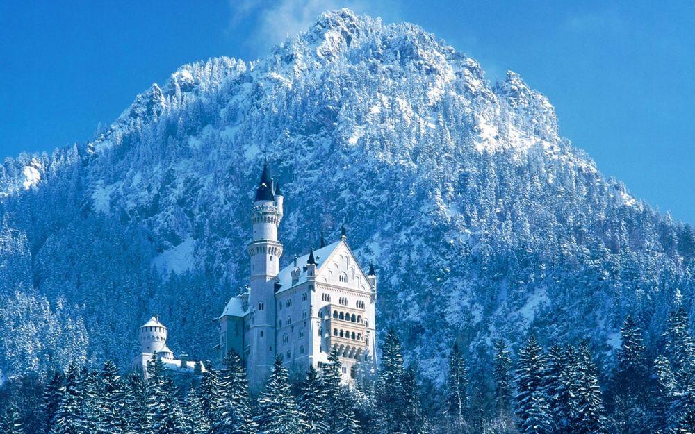 Обои для рабочего стола Замок Нойшванштайн / SchloЯ Neuschwanstein в заснеженных горах около городка Фюссен в юго-западной Баварии, Германия