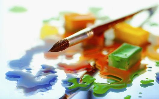 Обои Кисть художника и размазанные по стеклу капли красок
