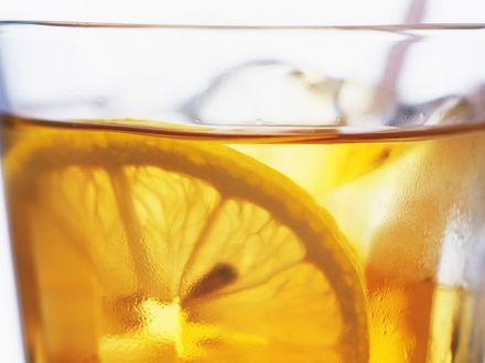 Обои Чай с лимоном в запотевшем стакане
