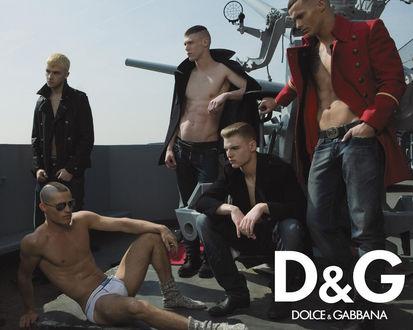 Обои одежда Dolce & Gabanna, пять красивых парней на корабле