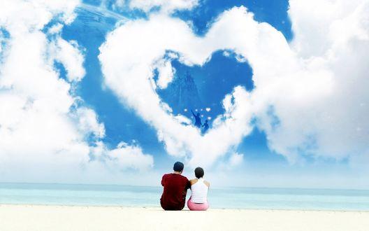 Обои Влюбленные на пляже смотрят на облако в виде сердца