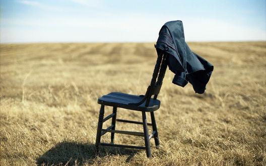 Обои Одинокий стул посреди пустынной местности, на стуле висит рубашка