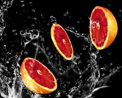 Обои Кусочки грейпфрута в воде