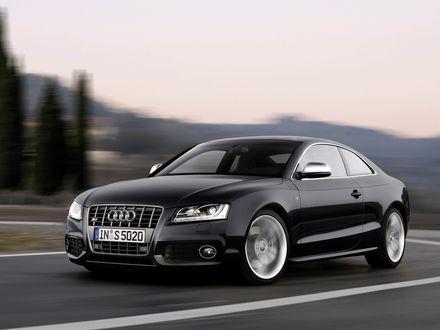 Обои Черный автомобиль Audi S5 / Ауди С5 мчится по дороге
