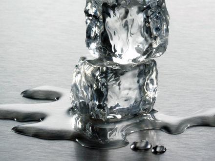 Обои Два кубика льда начали таять