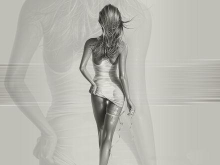 Обои Девушка в длинной мокрой майке идет по пляжу, к ноге привязан ключ