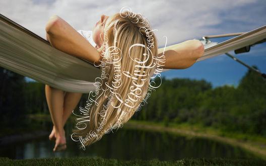 Обои Девушка мечтает, ее мечты ползают по волосам