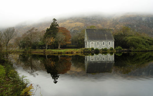 Обои Одинокий дом у реки