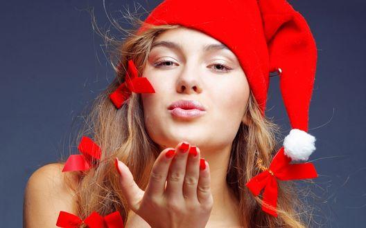 Обои Девушка в шапке санта клауса шлет поцелуй