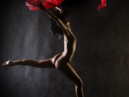 Обои Голая девушка впрыжке с красным покрывалом