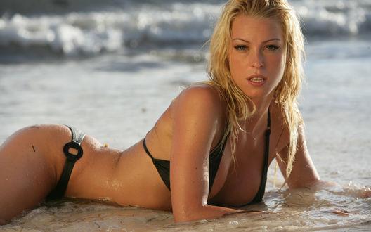 Обои Блондинка на берегу моря