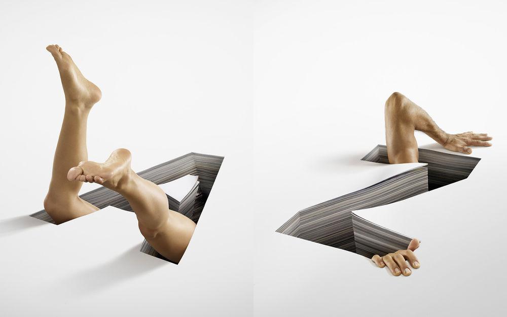 Мужские ноги одна на другой под столом