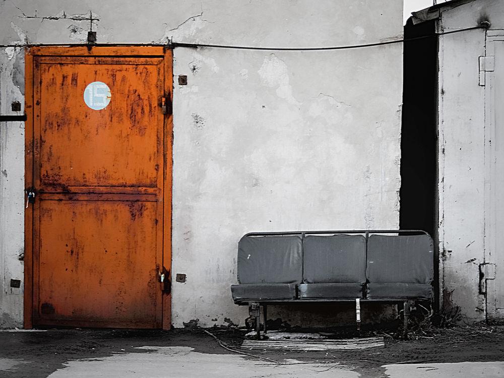 Обои для рабочего стола Старое здание с оранжевой дверью (15), и старые кресла