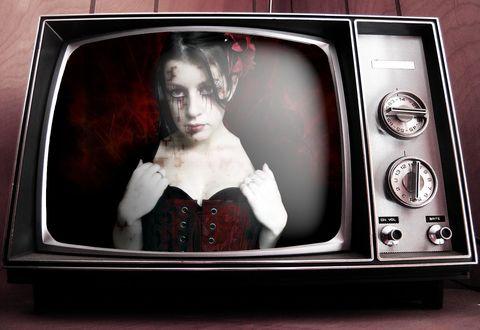 Обои Готесса в телевизоре