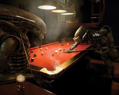Обои В баре Чужой играет с  Хищником в биллиард, попивая пивко и покуривая  сигаретку