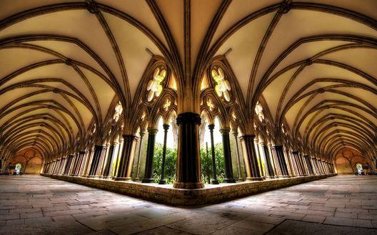 Обои Развилка в здании построенном в готическом архитектурном стиле