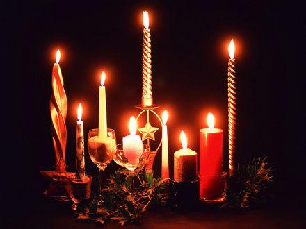 Обои Свечи, проливающие свет в темной ночи