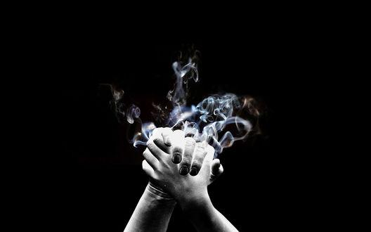 Обои Из рук идет дым