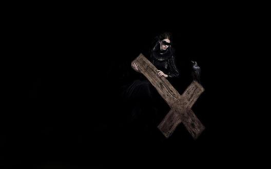 Обои Девушка с деревянным крестом и вороном