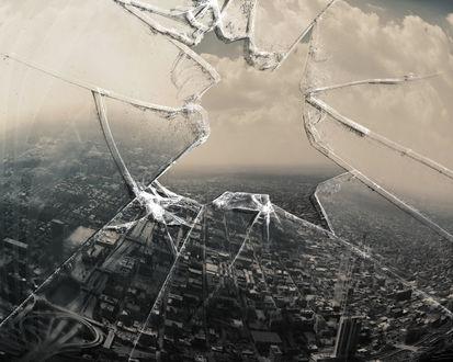 Обои Черно-белый город сквозь разбитое стекло
