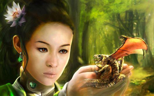 Обои У девушки в руках злой маленький дракончик