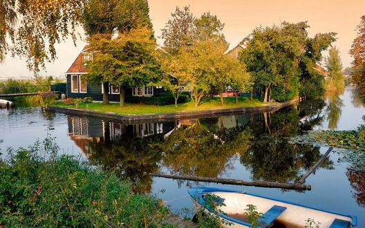 Обои Заросший пруд, на берегу стоит деревянный домик, а вокруг тишина, в воздухе запах прелой листвы и пойманной недавно рыбы... Осень..