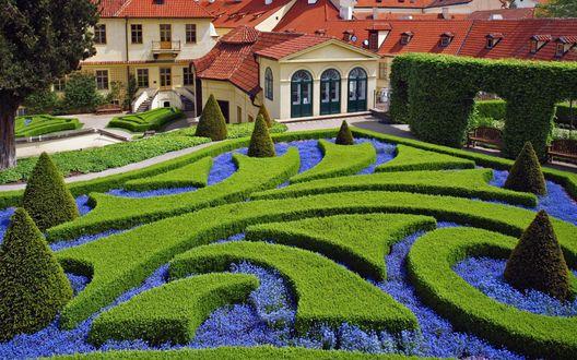 Обои Большущий красивый дом, перед ним великолепная, прекрасно подстриженная лужайка