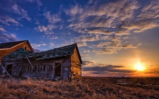 Обои Последние лучи солнца освещают полуразрушенный дом с пристройкой