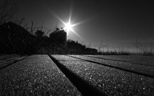 Обои Дом в чёрно-белом ярко контрастном освещении