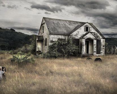 Обои Ребенок фотографирует заброшенный дом на фоне пасмурного неба