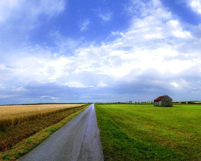 Обои Вдали, на поле виднеется небольшой домик