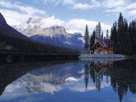 Обои Домик у горного озера