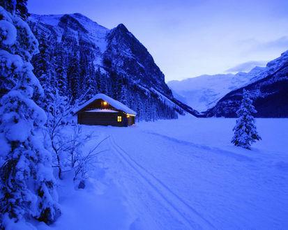 Обои Охотничий домик в зимнем лесу