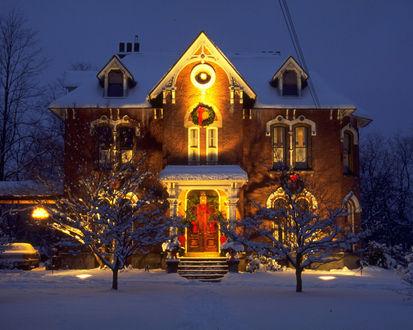 Обои Красивый особняк украшен на рождество