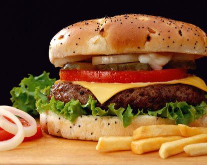 Обои Сочный гамбургер с картошкой фри