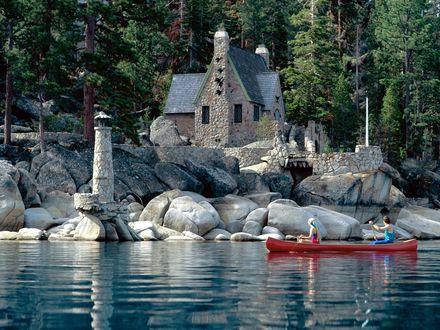 Обои Дом с маяком, сложенные из камня на берегу озера