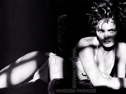 Обои Ванесса Паради (Vanessa Paradis) в полумраке