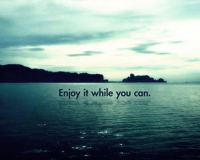 Обои Фраза «Enjoy it while you can» на фоне моря