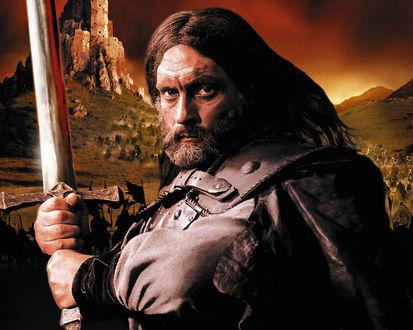 Обои Александр Бухаров в роли Волкодава с мечем на фоне гор в фильме «Волкодав»