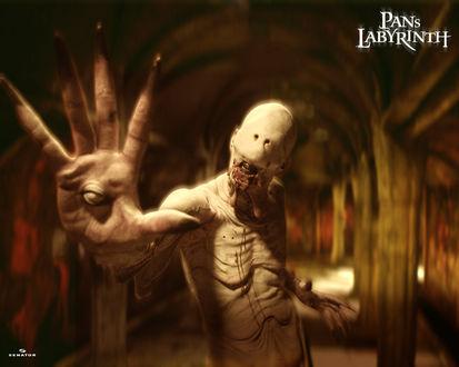 Обои Монстр показывает руку с глазом из фильма «Лабиринт Фавна / El Laberinto del Fauno»  (Pans Labyrinth)