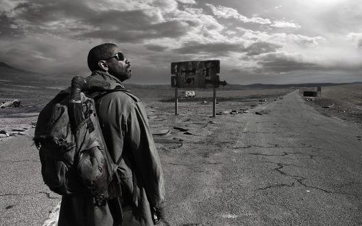 Обои Дензел Вашингтон в роли Илая идет по пустыне в фильме «Книга Илая»