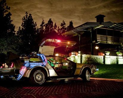 Обои Сверкающая всеми цветами машина времени De Lorean DMC-12 из фильма «Назад в будущее»