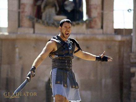 Обои Рассел Кроу в роли Максимус кричит с мечем на арене в фильме «Гладиатор» (© Dreamworks)