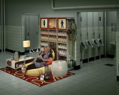 Обои Приятная работёнка-Бабушка уютно расположилась у входа в платный туалет, в коем она работает, рядом стоят ценники, за услугу -10 руб. 0.25е