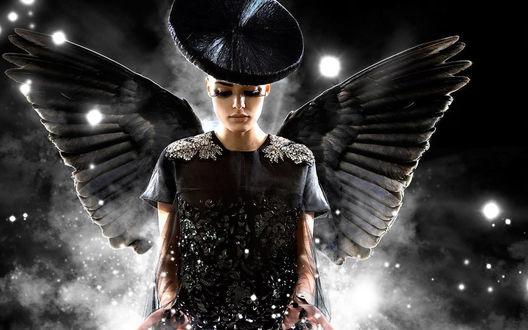 Обои Ангел с огромными ресницами на фое звёздных туманностей.