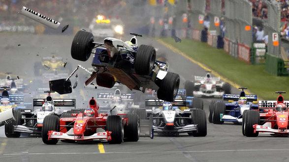 Обои Гран-при Австралии 2002 года — первый этап чемпионата Мира по автогонкам в классе Формула-1 сезона 2002 года.  Столкновение на старте, в котором болид Williams Ральфа Шумахера полетел вверх после удара сзади Феррари Рубенса Баррикелло вызвало завал.