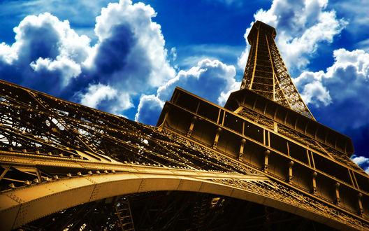 Обои Вид снизу Эйфелевой башни / La tour Eiffel на голубое облачное небо, Париж, Франция / Paris, France