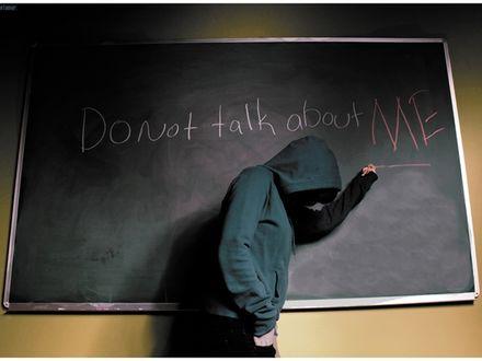 Обои Парень в капюшоне пишет на доске:  *Don't talk about ME*